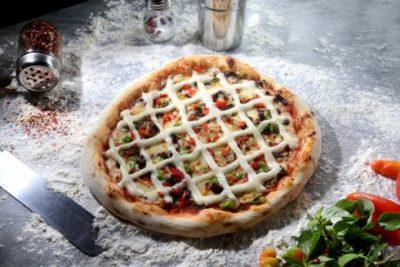 pizza-de-maminha-ao-molho-madeira-com-creme-de-mandioca